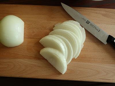 .pimientos fritos zwiebeln schneiden